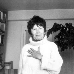 Luce Irigaray es una de las mayores exponentes del movimiento filosófico feminista francés contemporáneo. Irigaray se ha especializado en filosofía, psicoanálisis, y lingüística. Su obra más famosa es El espejo de la otra mujer publicado en 1974. Ésta, se enfoca en la exclusión de la mujer en el lenguaje mismo y a partir de allí en los más diversos aspectos de la vida y la ciencia, incluida la teoría psicoanalítica.