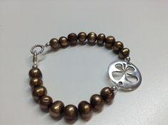 Bracelet #497 Bracelet fait de perles brunes montés sur un fil d'acier inoxydable.  -Perles rondes brunes de 8 mm -Pièce de métal anti-ternissement  Grandeur 7½ pouces (19 cm). Fait main