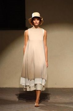 Daniela Gregis - Ready-to-Wear - Runway Collection - Women Spring / Summer 2005 Beige, bateau necked, fitted below bust, flared over 2 underskirts. Look Fashion, Fashion Outfits, Womens Fashion, Fashion Design, Dress Skirt, Dress Up, Quoi Porter, Moda Casual, Estilo Boho