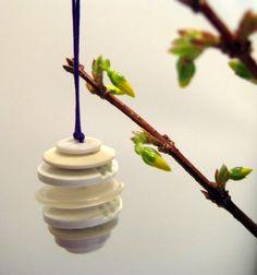 påske æg af knapper på gren