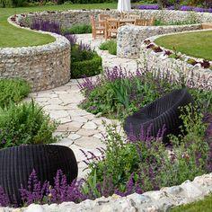 Das ist doch mal eine geile Gartenanlage! Vorausgesetzt die Entwässerung ist gut geplant, dann ist so eine Tief-Terrasse eine sehr intelligente Gestaltungsvariante. Man steht quasi direkt inmitten seines Gartens, ist ein Teil davon. Toll!!! - Ian Kitson Landscape architect..love the stone wall with some of it planted out.