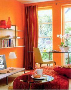 La luz del verano es inigualable, y dejar que entre a través de nuestras ventanas permitirá que todo nuestro hogar se llene de vida. Para ello nada mejor que colocar cortinas de telas livianas e incluso transparentes que permitan que la luz del sol ilumine el ambiente.