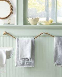 Clever! Rope used as an unconventional towel rod in this welcoming bathroom. #CILserenity ------------- Astucieux! Une corde épaisse fait office de porte-serviette dans cette salle de bain accueillante. #CILserenity