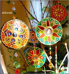 ... mit diesen hübschen farbenfroh glitzernden Suncatchern.  Ich habe euch ja im vergangenen Post versprochen,  dass es nicht das letzte ...