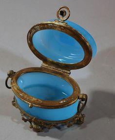Petit coffret à bijoux en opaline bleue, monture en laiton. 7,5 x