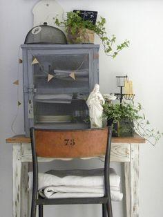 Geef wandkastje brocante een stoere grijze kleur. Sjabloneer een nummer op stoel Juian voor een industrieel uiterlijk. Verf de zitting en poten antraciet. #leenbakker