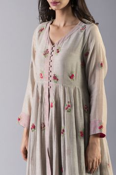 Good Earth – Stylish Sustainable Luxury Retail | Goodearth.in Hand Embroidery Dress, Kurti Embroidery Design, Embroidery On Clothes, Embroidered Clothes, Embroidery Fashion, Simple Kurti Designs, Kurta Designs Women, Fancy Dress Design, Ladies Dress Design
