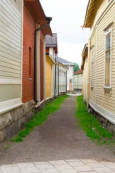 -Kitukrann in Old Rauma is the narrowest street in Finland Beautiful Homes, Beautiful Places, Amazing Places, Somewhere Down The Road, Sims Building, Houses In France, Wooden Architecture, Western Coast, Old Houses