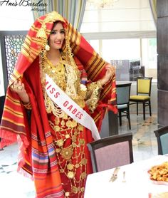 Habit et bijoux traditionnels de Tunisie