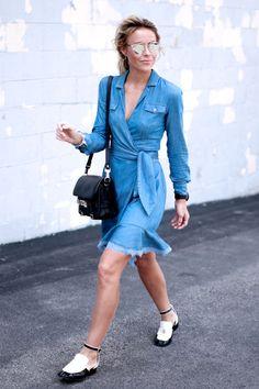 Street style de looks para dias amenos: vestido e casaco jeans.