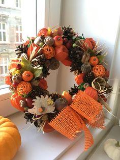 Podzimní věnec na dveře Věnec na dveře z přírodních materiálů a dozdobený umělými přízdobami. Průměr věnce je cca 25 cm, nahoře je přírodní jutový provázek pro zavěšení. Autumn, Fall, Diy And Crafts, Christmas Wreaths, Holiday Decor, Home Decor, Manualidades, Decoration Home, Room Decor