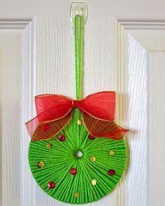 Decorazioni natalizie con cd e lana