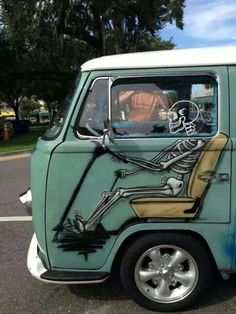 Skeleton Driver Painting On Old Volkswagen Bus Volkswagen Transporter, Volkswagen Bus, Beetles Volkswagen, Vw T1, Kombi Pick Up, Jetta A4, Vw Modelle, Combi Ww, Auto Girls