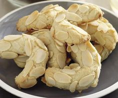 Adding a few drops of almond essence will give this tasty Greek almond crescents by recipes+ a lovely flavour. Wrap them in colourful paper and present them as a lovely Easter gift. Greek Cookies, Italian Cookies, Almond Cookies, Chocolate Cookies, Italian Biscuits, Amaretti Cookies, Chocolate Bars, Cake Cookies, Greek Sweets