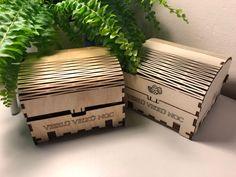 Drevené krabičky s nápisom Veselú Veľkú noc