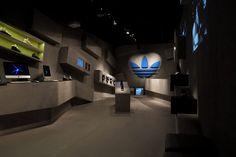 Adidas s'affiche en grand dans Paris avec sa Tubular Gallery - Actualité : Textile (#569609)