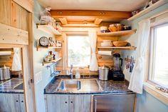 intérieur de caravane aménagement cuisine coin étagères rangements