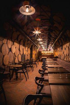 位於烏克蘭敖德薩 (Odessa) 的 Shustov 白蘭地酒吧,為酒廠委請 Denis Belenko Design Band 團隊設計,整體風格以酒的容器:酒桶、酒瓶營造而成,在大量木質酒桶蓋...
