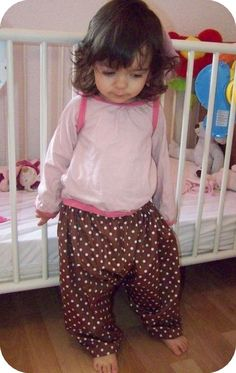 Tutorial for PJ trousers, in French, but very straight forward. Sizes for 23 months but would be easy to resize. Baby Couture, Baby Pants, Dress Tutorials, Diy For Girls, Toddler Dress, Kids Wear, Diy Clothes, Chiffon, Trousers