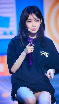 Kpop Girl Groups, Kpop Girls, Ha Wallpaper, Chung Ah, Kim Chungha, Body Poses, Cute Asian Girls, Korean Singer, Girl Crushes
