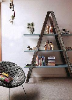Estante para sala com uma escada de madeira.