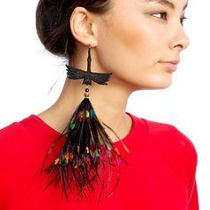 Черная моносерьга-журавль с разноцветными перьями