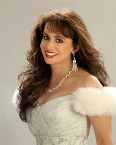 Singer and once part of the Mandrell Sisters group, Louise Mandrell turns 60 today. She was born in She is the sister who plays the violin. Country Female Singers, Country Music Artists, Country Music Stars, Beautiful Old Woman, Pretty Woman, Beautiful Ladies, Classic Singers, Kate Jackson, Sexy Older Women