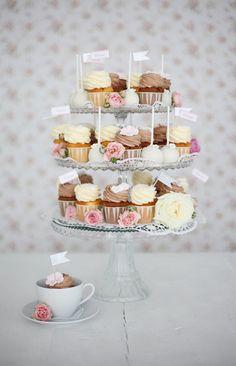 Unsere Alternative zur klassischen Hochzeitstorte: Romantische Hochzeits-Etageren mit Cupcakes und Cake Pops