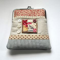 Featuring a fabric collage on the front and finished with lace, ribbons and vintage buttons.Size x purse is handmade and is one of a kind. Coin Purse Pattern, Purse Patterns, Bagan, Diy Bags Purses, Coin Purses, Craft Presents, Frame Purse, Change Purse, Zipper Bags