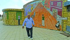 Sacar colores a la fachada turística. El empresario Francisco Déniz invierte más de 8.000 euros en embellecer los muros públicos junto a su restaurante en San Agustín.