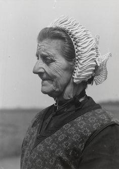 Weduwe Visser uit Molkwerum in Friese streekdracht. Ze is gekleed in de daagse…