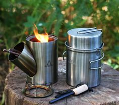 By Arnaud The kombuis is an all-in-one outdoor cooking set consisting of a pot, pan and rocket stove. Searching for an all round camping cooking set? Learn more about the Kombuis. Camping Cooking Set, Camping Set, Fire Cooking, Outdoor Cooking, Homestead Survival, Survival Prepping, Emergency Preparedness, Cool Kitchen Gadgets, Cool Kitchens