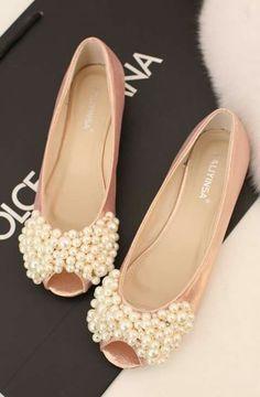 Sapato peep toe de salto baixo com frente em pérolas para noiva