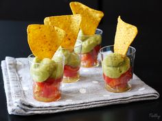Nachos, toamtes y guacamole Healthy Appetizers, Appetizer Recipes, Shot Glass Appetizers, Single Serve Desserts, Party Finger Foods, Appetisers, Guacamole, Food To Make, Food Porn