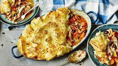 Parmentier Chicken Pie - Rick Stein - Try using up leftover roast chicken in this tasty potato-topped pie. For this recipe you will need a ovenproof dish. Rick Stein, Salade Healthy, Yummy Food, Tasty, Delicious Recipes, Simple Recipes, Roast Chicken, Rotisserie Chicken, Yum Yum Chicken