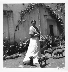 Kahlo in the garden of her house, La Casa Azul, in Coyoacán, Mexico City, © Gisèle Freund / IMEC / Fonds MCC Famed Mexican painter Frida Kahlo spent the. Diego Rivera, Frida E Diego, Frida Art, Natalie Clifford Barney, Mexican Hairless Dog, Feminist Icons, Atelier D Art, Mexican Artists, Louise Bourgeois