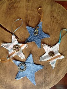 19 Rustic Christmas decorations made inexpensively from upcycling articles - repurposed items Upcycled Crafts, Denim Crafts, Repurposed Items, Christmas Ornaments To Make, Rustic Christmas, Christmas Crafts, Western Christmas Tree, Christmas Island, Xmas Tree