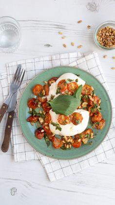 #geroosterdetomaten #burrata #kaas #kaasrecept #kaasgerecht #kaasinspiratie #italiaans #italiaansekeuken #kaas.nl #simpelgerecht #makkelijktebereiden #cheese #cheeseinspiration #cheeserecipe #italianfood #italiankitchen #delicious Caprese Salad, Food, Salad, Meal, Eten, Meals
