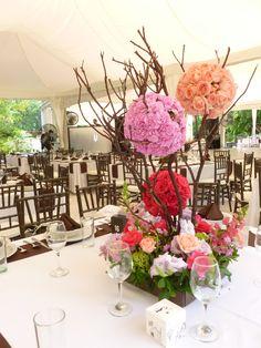 Centro de mesa especial y colorido de Florería el Paraíso en Quinta Pavo Real del Rincón www.pavorealdelrincon.com.mx