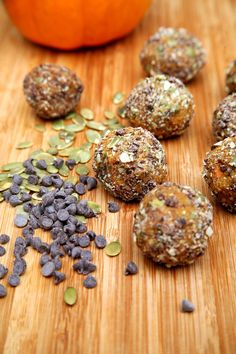 This healthy cookie-dough-like snack requires seven ounces of pumpkin puree. At just 77 calories per delicious ball, each one offers grams of protein. Make a batch to store in the fridge for post-workout noshing. Healthy Cookie Dough, Healthy Cookies, Healthy Treats, Healthy Recipes, Healthy Foods, Healthy Menu, Protein Recipes, Healthy Life, Keto Recipes