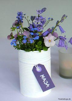 Konservesdåse brugt til blomster - bordpynt og bordkort til fester Diy And Crafts, Arts And Crafts, Tiny Flowers, Kids And Parenting, Christening, Party Time, Baby Shower, Table Decorations, Birthday