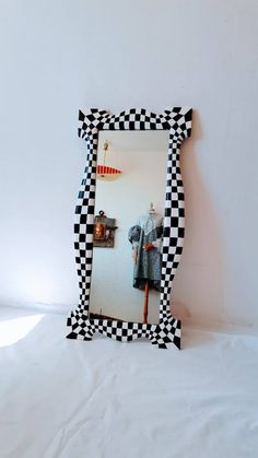 Funky Mirrors, Retro Mirror, Painted Mirrors, Cool Mirrors, House Of Mirrors, Unique Mirrors, Room Ideas Bedroom, Bedroom Decor, Funky Bedroom