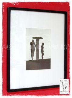 Fotografía enmarcada con 10 cm de paspartú blanco y varilla tipo cajón, de 1,5 cm de frente por 3,5 cm de profundidad, terminación en negro, vidrio común
