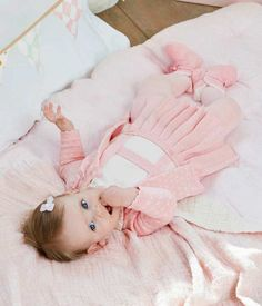 Attractive, sunny and gentle along with kid snowsuit makes easier utilizing your newborn baby directly into bloodless. Cute Kids, Cute Babies, Baby Kids, Baby Pictures, Baby Photos, Wiedergeborene Babys, Baby Tumblr, Baby In Snow, Silicone Reborn Babies