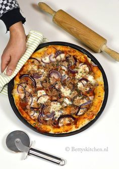 Glutenvrije pizza met tonijn en ui met glutenvrij pizzadeeg van Soezie broodmixen