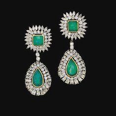 Esmeralda y pendientes de diamantes colgantes.