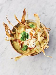 A beautiful vegetarian parsnip soup recipe from Jamie Oliver. This soup is packed with sweet parsnips, warm spices and topped with crispy parsnip chips. Garam Masala, Parsnip Soup, Healthy Soup Recipes, Vegetable Recipes, Vegetarian Recipes, Delicious Recipes, Vegetarian Cooking, Lunch Recipes, Soup Recipes