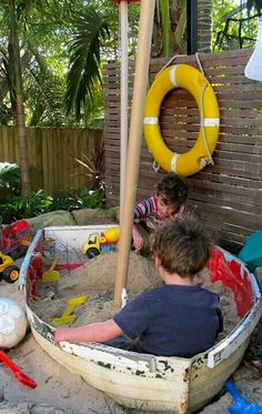 Like the old boat sandbox. Desire Empire: Beach Home Decor: Awesome boat sandbox diy kids outdoor play area idea fun-diy-projects Diy Boat, Old Boats, Play Spaces, Play Areas, Garden Styles, Outdoor Fun, Outdoor Ideas, Outdoor Decor, Play Houses