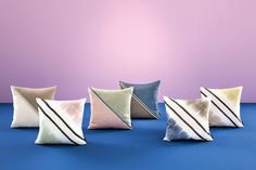 The SAHCO FLINEE Cushion H052 is made of two diagonally seamed up triangles of fabric FLINT with two shiny pipings of fabric SATINEE in contrasting colour. The reverse side also shows the fabric FLINT.