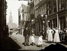 Amsterdam, Grote Houtstraat. Achtergrond Magdalenakerk. Foto van: Jacob Olie.